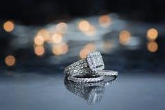 Alianza de boda y anillo de compromiso Foto de archivo libre de regalías