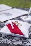 Alianzas de boda en la almohada del cordón Imagen de archivo