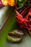 Alianzas de boda y flores Fotografía de archivo libre de regalías