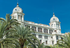 Alicante, Espagne - septembre 2015 : Bâtiments à la 'plaza carrée Puerta Del Mar' Photo stock