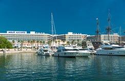 Alicante, Espagne - septembre 2015 : Yachts et bateaux dans la marina Photographie stock