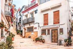Alicante, Espanha, o 14 de dezembro de 2017: Rua bonita na cidade de Alicante, Costa Blanca, Espanha imagens de stock