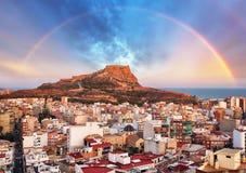Alicante i Spanien på solnedgången med regnbågen arkivbild