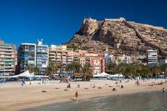 Alicante neach och slott Arkivfoto