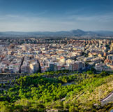 Alicante omgav vid träd och berg, Spanien Royaltyfri Foto
