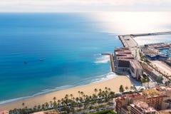Alicante Postiguet strandsikt från Santa Barbara Arkivbild