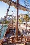 ALICANTE, SPANIEN, CIRCA im Juli 2018, Plattform der Replik Nao de Santa Marias koppelte in Alicante an stockfotos