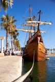 ALICANTE, SPANIEN, CIRCA im Juli 2018, Replik des Nao de Santa Maria-Schiffes angekoppelt stockbild