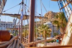 ALICANTE, SPANIEN, CIRCA im Juli 2018, Replik Nao de Santa Marias koppelte in Alicante an lizenzfreies stockfoto