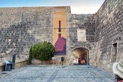 Alicante Spanien - Juli, 10, 2015: Ingången till slotten av Santa Barbara Arkivbild