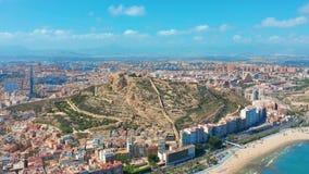 Alicante, Spanien Vogelperspektive auf der Stadt gegen das Meer mit Blick auf den Berg und die Festung stock footage