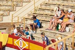 Alicante/Spanje - 08 03 2018: De mensen zitten in de arena en worden bereid om op stieregevecht te letten royalty-vrije stock afbeeldingen