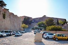 Alicante, Spanje - Juli, 10, 2015 Santa Barbara Castle View van het parkeerterrein voor toeristenvoertuigen Het hoofd van de stee Stock Afbeelding