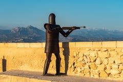 Alicante, Spanje: Metaalbeeldhouwwerk van een strijder in Santa Barbara-kasteel stock afbeeldingen
