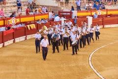 Alicante/Spanje - 08 03 2018: Prestatiesorkest vóór het stieregevecht stock fotografie