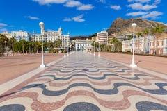 Alicante stad och slott från port i medelhavs- Spanien Arkivbild