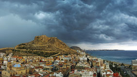 Alicante-Stadt vor Sturm Stockbilder