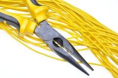Alicates con los cables eléctricos Fotos de archivo