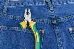 Alicates de tejanos con bolsillos imagen de archivo