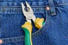 Alicates de tejanos con bolsillos imagen de archivo libre de regalías