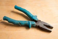 Alicates oxidados e muito usados velhos com os punhos de borracha verdes Fotos de Stock Royalty Free