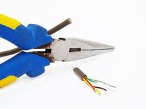 Alicates que cortan un cable Imagen de archivo libre de regalías