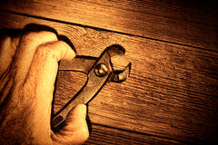 Alicates rugosos de Grunge del asimiento de la mano del trabajador de construcción Imagenes de archivo