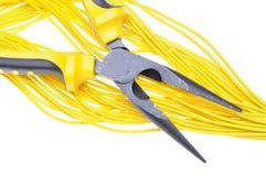 Alicates y cables amarillos Imagen de archivo