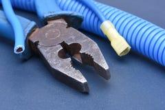 Alicates y cables eléctricos de la herramienta Fotos de archivo