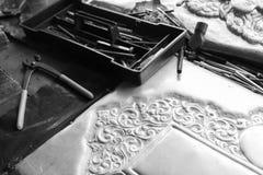 Alicates y cincel para hacer arte de adornamiento de los cubiertos Fotografía de archivo libre de regalías