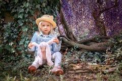 Alice dans le conte de f?es du pays des merveilles image libre de droits