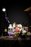 Alice dans le regard du pays des merveilles à la bouteille de poison Photographie stock