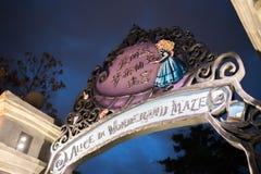 Alice i underlandlabyrint i Shanghai Disneyland, Kina royaltyfri foto