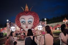 Alice i underlandlabyrint i Shanghai Disneyland, Kina arkivfoton