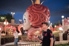 Alice i underlandlabyrint i Shanghai Disneyland, Kina royaltyfria foton