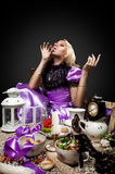 Alice im Märchenlandgetränk etwas magisches Gift lizenzfreie stockbilder