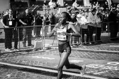 Alice Jepkemboi Kibor KEN, troisièmement dans la course du ` s de femmes du 24 images libres de droits