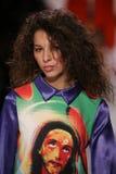 Alice Metza geht die Rollbahn an der Jeremy Scott-Show lizenzfreies stockfoto