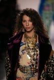 Alice Metza geht die Rollbahn an der Jeremy Scott-Show stockfotografie