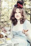 Alice nel partito di tè del paese delle meraviglie Immagine Stock