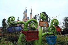 Alice ` s äventyrar i underland i den Shanghai Disney världen Arkivfoton