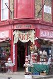 Alice-` s Shop, berühmtes Antiquitätengeschäft an der Portobello-Straße, shopwiindow, London, Vereinigtes Königreich Lizenzfreies Stockbild