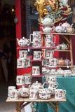 Alice-` s Shop, berühmtes Antiquitätengeschäft an der Portobello-Straße, shopwiindow, London, Vereinigtes Königreich Stockfoto
