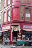 Alice-` s Shop, berühmtes Antiquitätengeschäft an der Portobello-Straße, Shopwindow, London, Vereinigtes Königreich Lizenzfreie Stockfotos