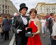 Alice Selezneva und Elektron Ivanovic-Charaktere vom Miniserie ` Gast vom zukünftigen ` auf Tverskaya-Straße an der Stadt DA stockfotos