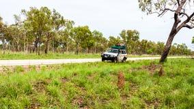 Alice Springs, Australië - December 27, 2008: Off-road auto die zich op de zijlijn van de landweg, Australië, binnenland bevinden stock afbeelding