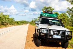 Alice Springs, Australia - 26 de diciembre de 2008: Coche campo a través turístico que hace una pausa el lado el carretera nacion fotos de archivo libres de regalías