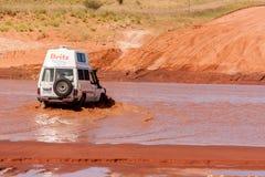 Alice Springs Australia, Grudzień, - 30, 2008: Droga samochód krzyżuje rzekę na wiejskiej drodze, Australijski terytorium północn obraz royalty free