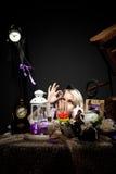 Alice in sprookjesland bekijkt fles van vergift Stock Fotografie