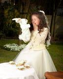 Alicia en el país de las maravillas con el conejo blanco Imágenes de archivo libres de regalías
